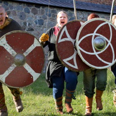 Kalevan Sudet -keskiaikaharrastajat hyökkäävät
