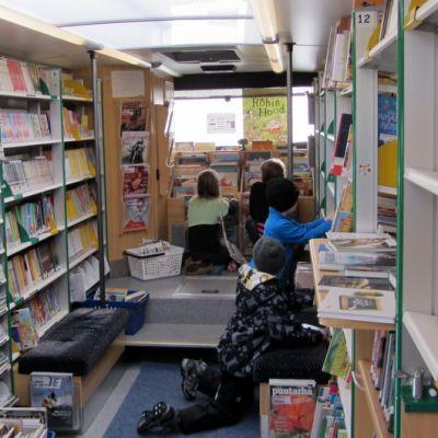 Oppilaita kirjastoautossa