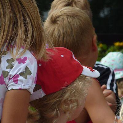 lapsia katsomassa esitystä