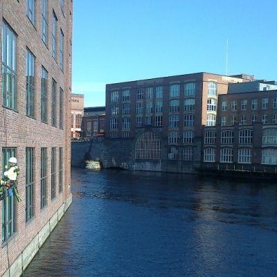 Ikkunanpesijä valjaissa Finlaysonin tehtaan seinällä, Tammerkosken yllä