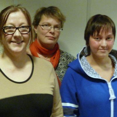 Sari ja Viivi Järn (edessä) sekä Anna-Kaisa Brenner