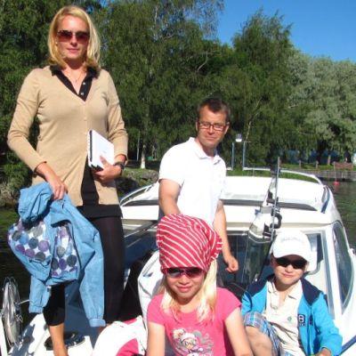 Lehtosen perhe veneessään
