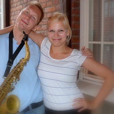 William Suvanne saksofoni kaulassaan ja Tarja Kunnari