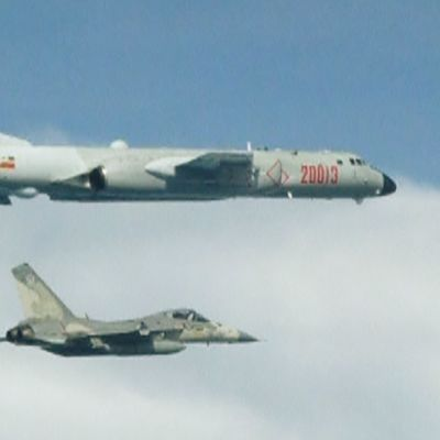 Kaksi konetta ilmassa.