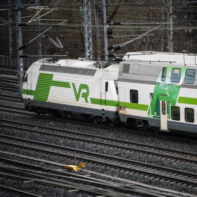 Ett fjärrtåg kör förbi.