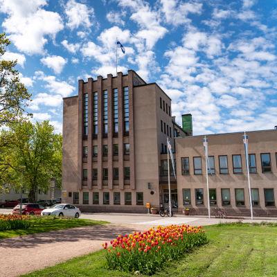 Hangö stadshus en solig sommardag, folktomt utanför.