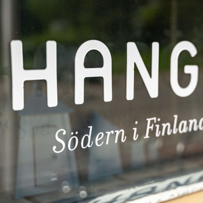 """Ett skyltfönster med texten """"Hangö, Södern i Finland""""."""
