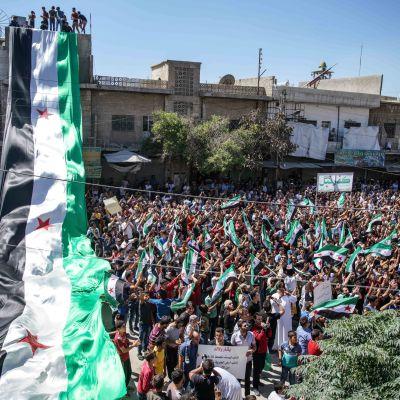 Lokala invånare och flyktingar i rebellkontrollerade Idlib protesterar mot regeringens planerade storoffensiv mot Idlib som kunde utlösa en ny humanitär katastrof