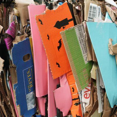 Tätt packad papp i olika färger för återvinning.