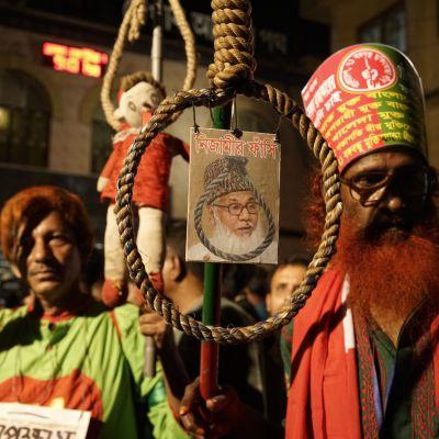 """""""Äntligen har rättvisa skipats."""" Hundratals människor drog ut på gatorna för att fira avrättningen av Motiur Rahman Nizami"""