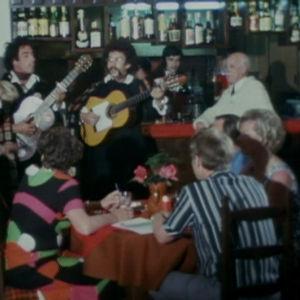 yhtye soittaa yökerhossa Los pacosissa