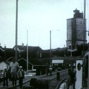 Vene saapuu Utön laiturille.