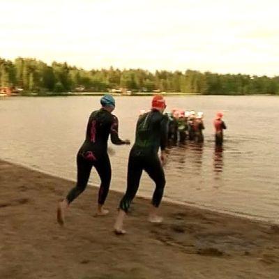 Oulun triathlonseuran tiistaiharjoituksessa syöksytään sumeilematta Valkiaisjärveen.