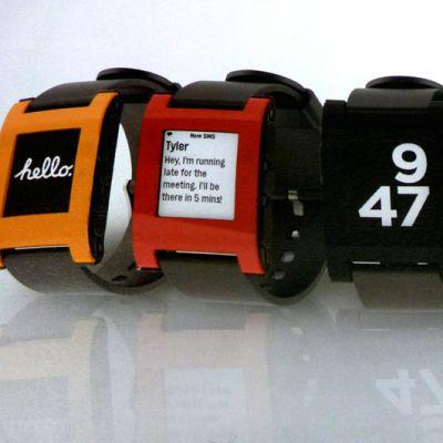 Älykelloja oikealla olevan perinteisen analogisen kellon vieressä.