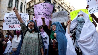 Afghanska kvinnor demonstrerar för kvinnors rättigheter i Barcelona.