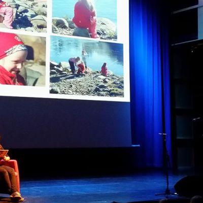 Reetta Piipon leukemian hoidon tueksi järjestetyssä konsertissa Ylivieskatalon Akustiikka salissa kuultiin aluksi satu Karpalosta ja pahasta peikosta, joka kertoi Reetan tarinan sadun muodossa. Sadun oli kirjoittanut Reetan äiti Tiina Piippo ja sen luki Reetan koulukaveri Pinja Kokkola. 2.11.2015