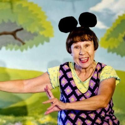 Kuvassa Mirja Turkkila-Glad pukeutuneena hiireksi
