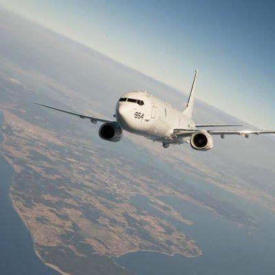 Boeing P-8 Poseidon -lentokone. P-8 Poseidon on Yhdysvaltain laivaston Boeing 737 -matkustajakoneen pohjalta kehitetty merivalvontakone joka voidaan varustaa erilaisin tiedustelujärjestelmin. Kone ilmassa kuvassa.