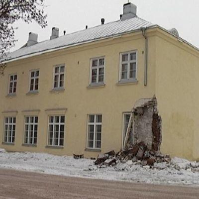 Talon kulma johon bussi törmäsi