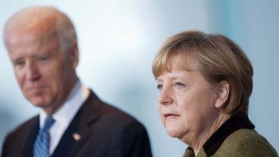 Angela Merkel i förgrunden, Joe Biden i bakgrunden.