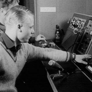 Insinööri Myllymäki ja päivystävä teknikko valvovat tv-lähetystä.