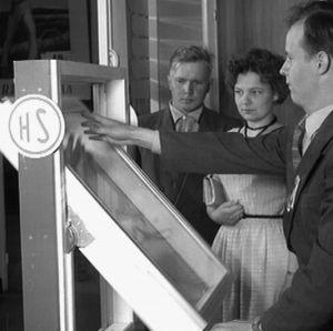 Metalli- ja puuvalmisteista ikkunaa esitellään