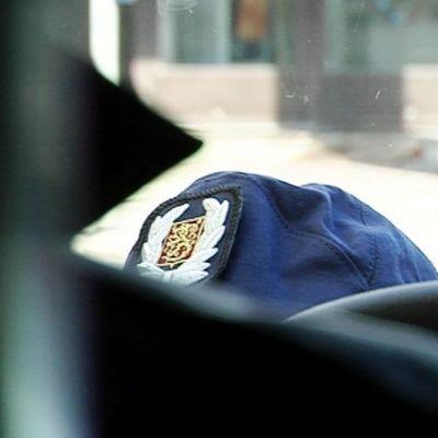 Poliisin lakki.