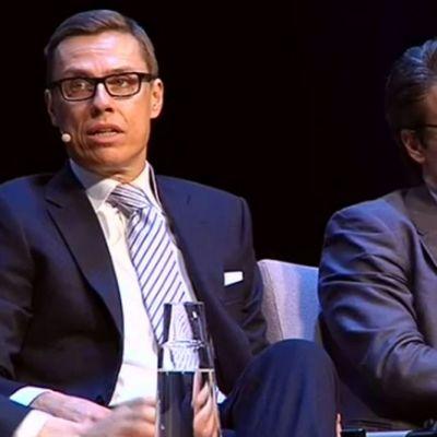 Carl Haglung, Alexander Stubb ja Ville Niinistö puheenjohtajatentissä Lahden Sibeliustalossa Suomi100Forumissa.