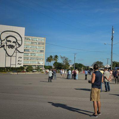 Lehdistö ja toisinajattelijat odottivat performanssitaiteilija Tania Brugueran saapumista Plaza de la Revolución -aukiolle Havannassa 30. joulukuuta 2014. Taiteilijan initioima sananvapaustapahtuma ei kuitenkaan toteutunut.