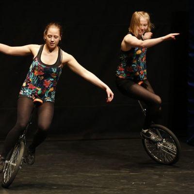 Yksipyöräisillä ajavia sirkustelijoita.