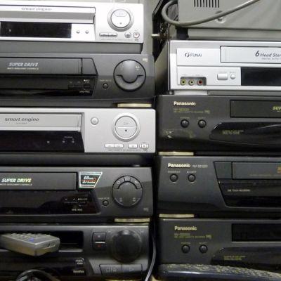 Vanhoja videonauhureita pinossa.