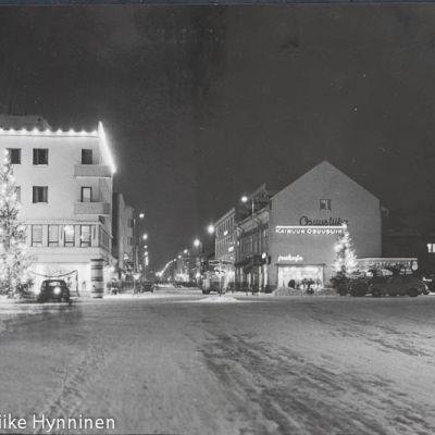 1960-luvun mustavalkoinen postikortti Kajaanin Raatihuoneentorilta.