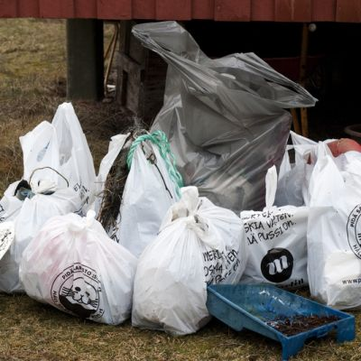 Rannalta kerättyä jätettä roskasäkeissä.