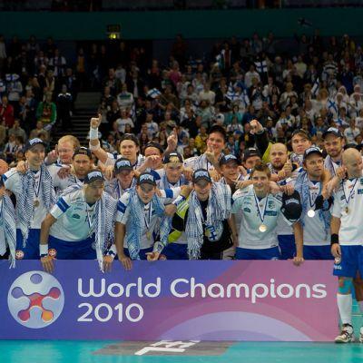 Suomi voitti miesten salibandykultaa kotikisoissa 2010.