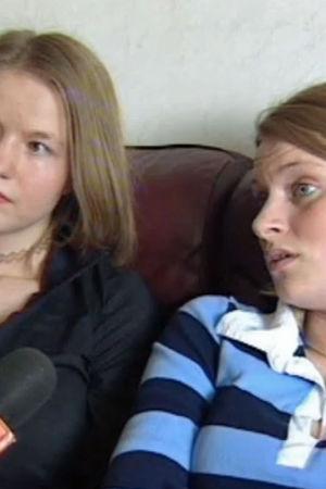 Två unga kvinnor som blir intervjuade