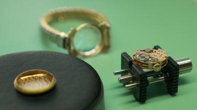 Närbild av delar av ett gammalt Herodia armbandsur