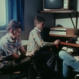 Merimiehet kuuntelevat radiota rahtialus Pallaksessa vuonna 1981.