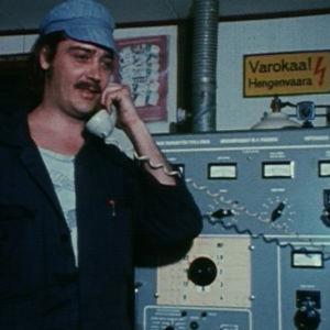 Merimies Hessu soittaa puhelun Suomeen.