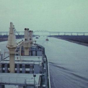 Rahtialus Pallas Kielen kanavalla. Taustalla Hochdonn-rautatiesilta.