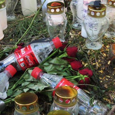 Kuvassa Toholammin liikenneonnettomuuspaikalle tuotuja kynttilöitä ja muistotavaraa.