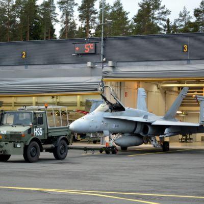 Hornet-hävittäjä valmistautuu ilmatankkausharjoituksiin Rissalassa