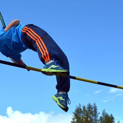 Lasse Leppänen hyppää yli riman liaanilla.
