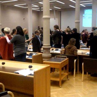 Oulun kaupunginvaltuston vuoden 2013 ensimmäisessä kokouksessa pidettiin taukojummahetki kesken pitkien puheiden.