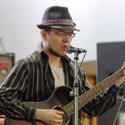 Jari Karjalainen soittaa kitaraa ja laulaa