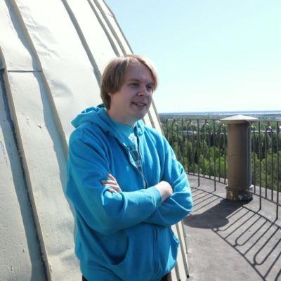 Tapio Haapala seisoo Intiön vesitornin huipulla