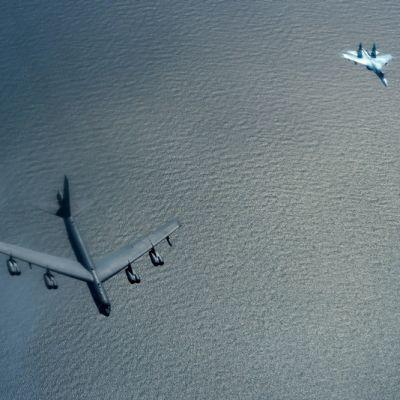B-52 ja Su-27 lentokoneet