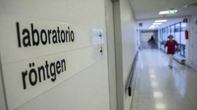 En skylt i en sjukhuskorridor där det står Röntgen på svenska och finska.