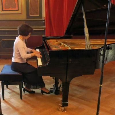pianisti soittaa pianoa