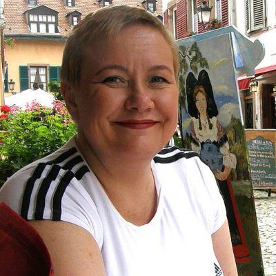 Meppi Sirpa Pietikäinen Strassburgissa katukahvilassa