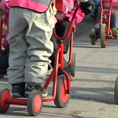 Pyöräileviä lapsia
